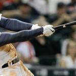 George Springer de los Astros de Houston pega un jonrón en el sexto inning ante los Orioles de Baltimore, el miércoles 3 de junio de 2015. (AP Foto/Bob Levey)