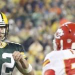 Aaron Rodgers, de los Packers de Green Bay, lanza un pase frente a Dee Ford, de los Chiefs de Kansas City, durante el partido disputado el lunes 28 de septiembre de 2015 (AP Foto/Mike Roemer)