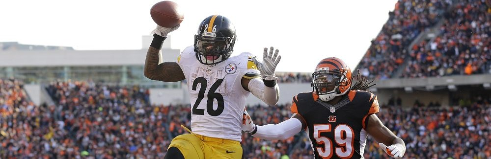 El running back Le'Veon Bell (26) de los Steelers de Pittsburgh anota luego de una recepción de 10 yardas frente a los Bengals de Cincinnati sin que el linebacker Emmanuel Lamur (59) de los Bengals pueda evitarlo, el domingo 7 de diciembre de 2014 en Cincinnati. (Foto AP/Michael Conroy)